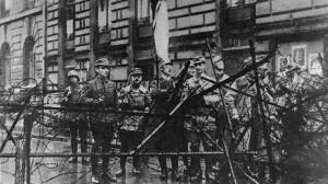 9. November 1923 Marsch zur Feldherrnhalle; Himmler mit Fahne an einer Straßensperre der Polizei