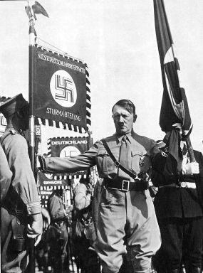 """Hitler gibt mit der Berührung der """"Blutfahne"""" dessen angebliche Kraft an andere Fahnen weiter"""