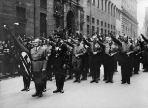 """""""Blufahnen""""-Ritual an der Feldherrnhalle in München am 9. November 1933"""