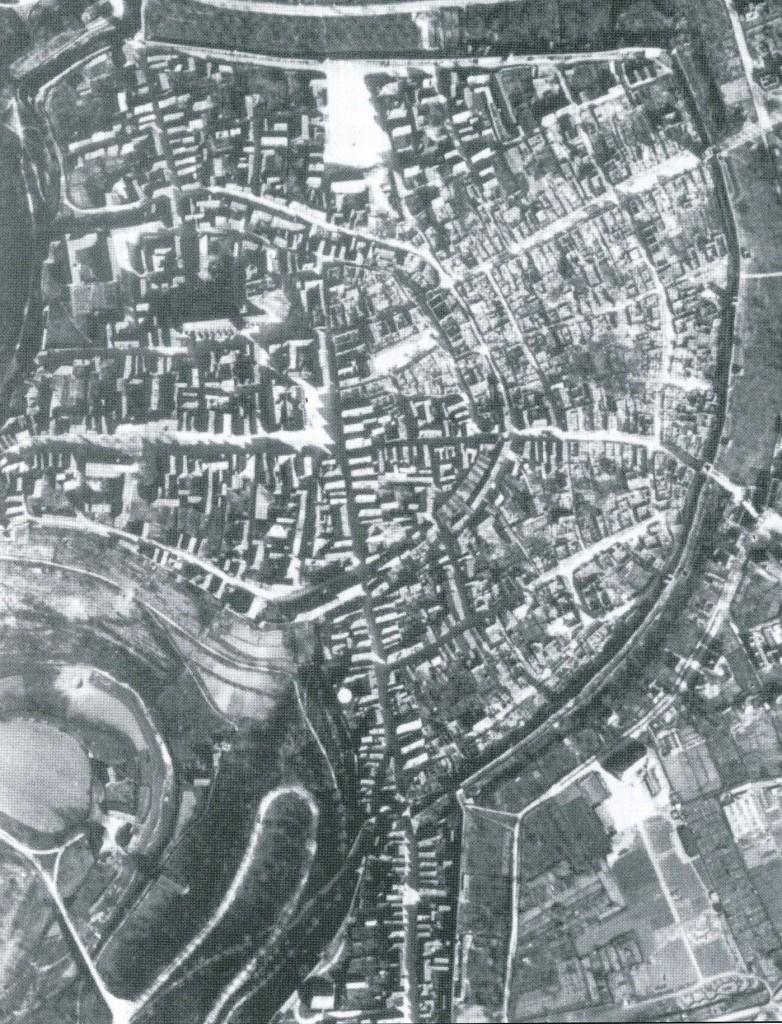 US-Aufklärungsfoto vom 9. April 2945 der teilweise zerstörten Stadt, neun Tage nach dem Luftangriff