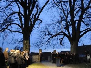 Gedenkveranstaltung am Ort des Geschehens am Friedhof in Brettheim; Foto dem Fränkischen Anzeiger entnommen