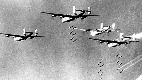 Amerikanische Flugzeuge werfen ihre Bombenlast ab