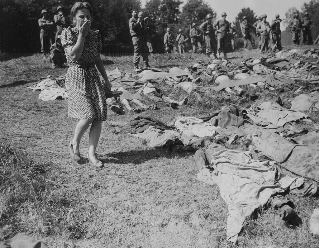 Ein deutsches Mädchen ist überwältigt, als es am 17. Mai 1945 bei Buchenwald die exhumierten Körper von einigen der 800 Sklavenarbeiter sieht. Scham und Schuld werden bald von Verdrängung abgelöst; Foto: National Archives FAQ