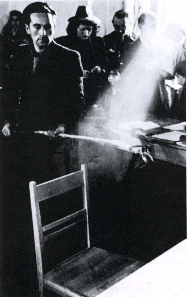 Makaber: Der tote Adolf Hitler wird in München entnazifiziert. Der leere Stuhl symbolisiert seine Person.