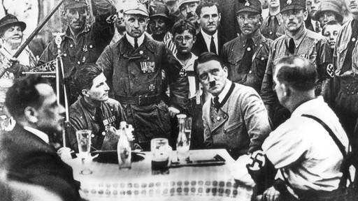 Adolf Hitler inmitten seiner bayerischen Kampfgenossen