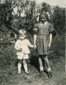 Flüchtlingskinder: Ingeborg und ihr kleiner Bruder Wolfgang am Turmseelein