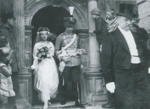 Graf von Helldorf verlässt mit seiner Frau nach der Trauung das Rothenburger Rathaus