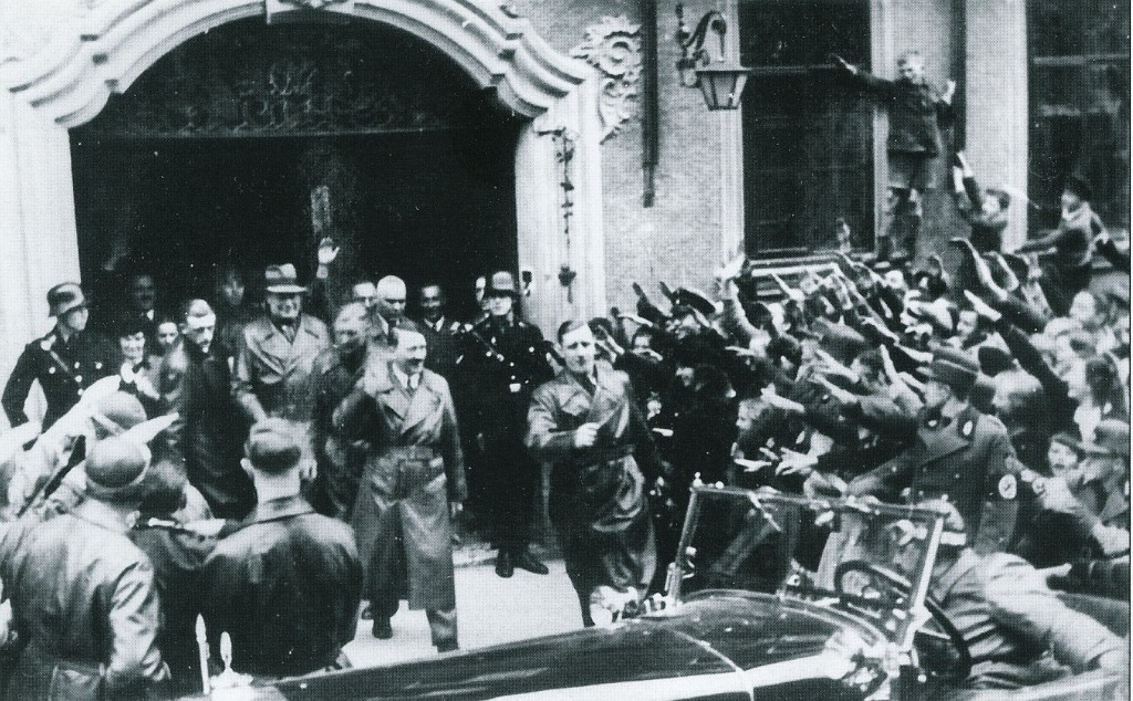 """Adolf Hitler verlässt das Hotel """"Eisenhut"""""""