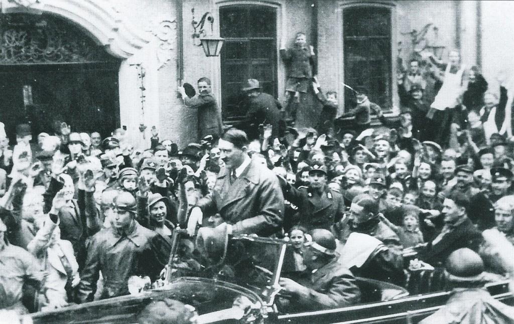 """Adolf Hitler 1935 in der Herrngasse vor dem Hotel """"Eisenhut"""", Abfahrt zu den Reichsparteitagen nach Nürnberg"""
