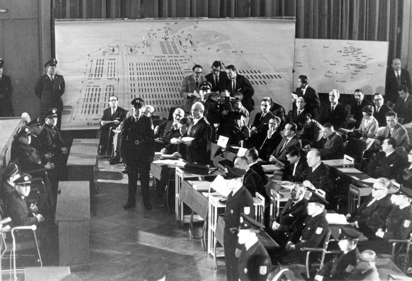 Prozess gegen die SS-Wachmannschaft von Auschwitz 1963-65 in Frankfurt am Main, darunter Franz Johann Hofmann, der nach dem Krieg in Rothenburg entnazifiziert wurde und unerkannt lebte.