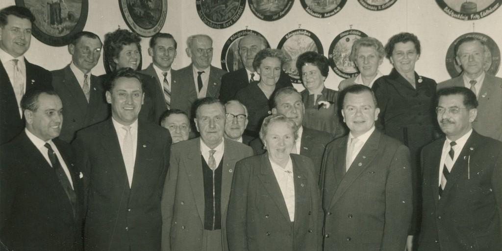 Rothenburger Vorstand Bund Deutscher Kriegsopfer mit Jubilaren und den Herren Schmidt-Bergemann und Zidan (re. vorne); vermutlich Ender der 50er-Jahre