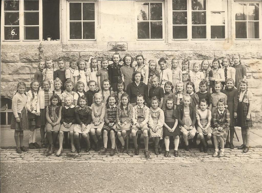 Klasse vor dem Luitpoldschulhaus; Die Autorin Ingeborg Heise letzte Reihe 2. v. r.