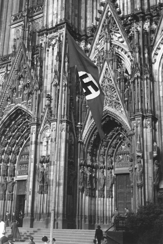 Der Kölner Dom mit Hakenkreuzfahne nach dem Konkordat