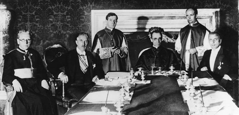 Konkordatsunterzeichnung am 20. Juli 1933 in Rom; Franz von Papen (li.), Kardinal Staatssekretär Eugenio Pacelli (Mitte), Ministerialdirektor Dr. Buttman (re.)