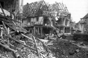 Ausgebombter Ort, ein Ende des Krieges alltägliches Bild auch auf dem Land