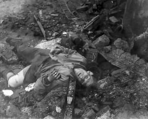 Tote deutsche Soldaten 1945 am Wegesrand