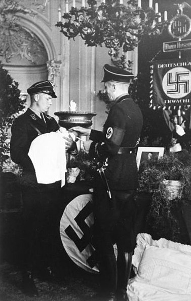 "Namensgebung (wie Taufe) in einem ""Lebensborn""-Heim 1936; Foto: Bundesarchiv"