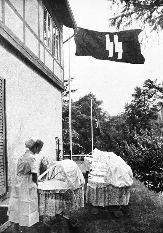"""""""Lebensborn""""-Heim mit SS-Schwester; Foto: Bundesarchiv"""