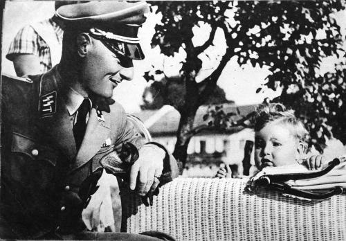 SS-Angehöriger mit Kleinkind