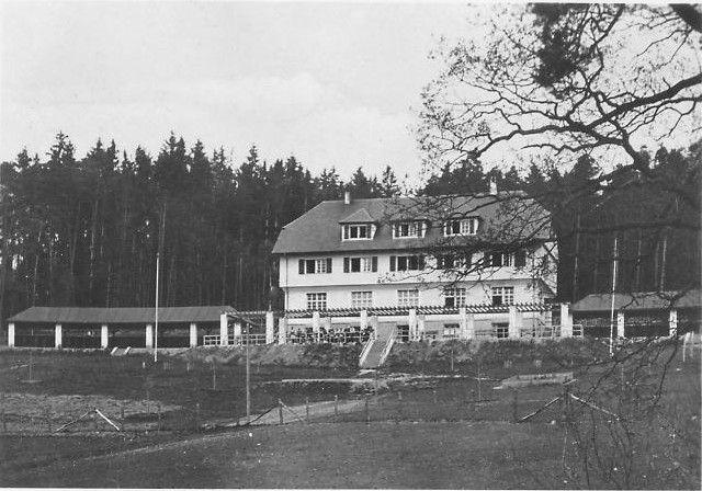 Das Gebäude aus der Vorkriegszeit auf dem Bocksberg-Hügel zweichen Ansbach-Mitte und dem Ortsteil Schalkhausen war ein Jugendheim und ab 1944 ein SS-Lebensborn-Kinderheim. Heute ist es das Hotel Grünwald