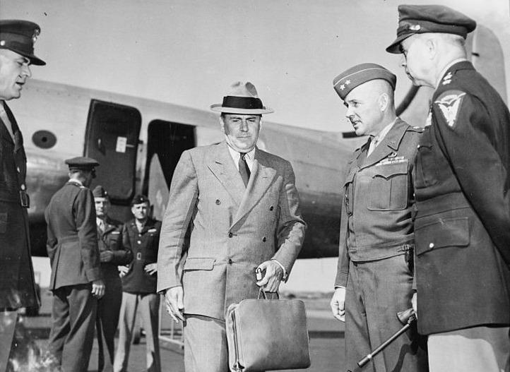 McCloy (Mitte mit Hut und Tasche) landet auf dem Flugplatz Gatow zum Besuch der Potsdamer Konferenz (15. Juli 1945)