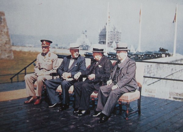 Beteiligte der Quebec-Konferenz im September 1944; v. l.: Earl of Athlone (General-Gouverneur of Canada), Th. Roosevelt (US-Präsident), Winston Churchill (Premier Großbritannien) und Mackenzie King (Premier Kanada).