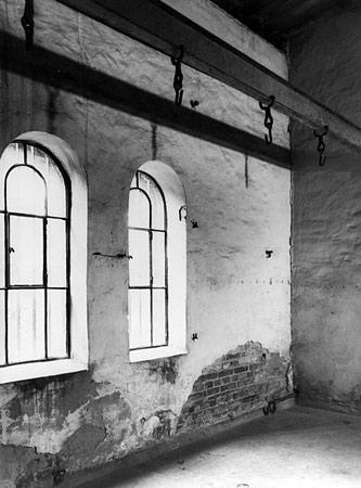 Hinrichtungsstätte Plötzensee (Berlin) mit Hakenleiste und Guillotine; Bildarchiv Preußischer Kulturbesitz
