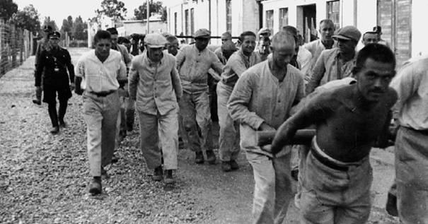 """""""Schutzhäftlinge"""" arbeiten im Konzentrationslager Dachau"""