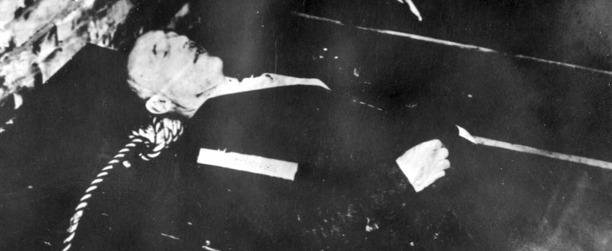 Julius Streichers Leichnam im Gehäuse unterm Galgen in Nürnberg