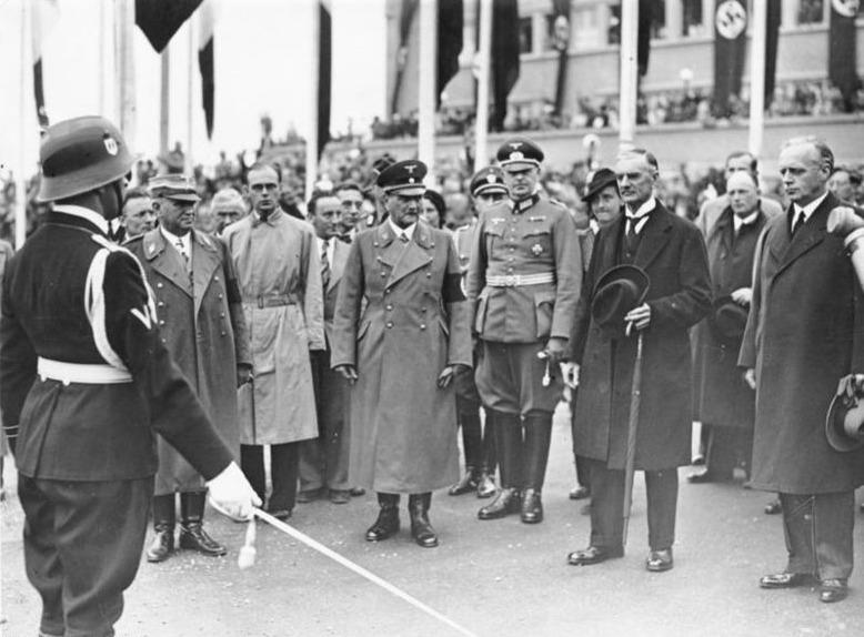 Ludwig Siebert (2. v. l.) bei der Abreise Premierminister Chamberlains (2. v. r.) in München am 30. Dezember 1938 (Münchner Abkommen); Foto: Scherl, Bundesarchiv