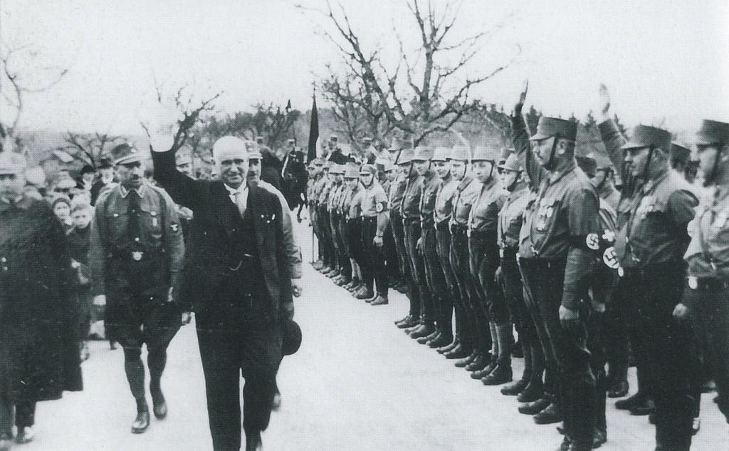 Ludwig Siebert zu Besuch in Rothenburg. Die SA ist im Burggarten zum Appell angetreten