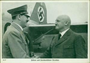 Gedrucktre POstkarte: Julius Streicher und sein Duzfreund Hitler, die das Hakenkreuz verbindet
