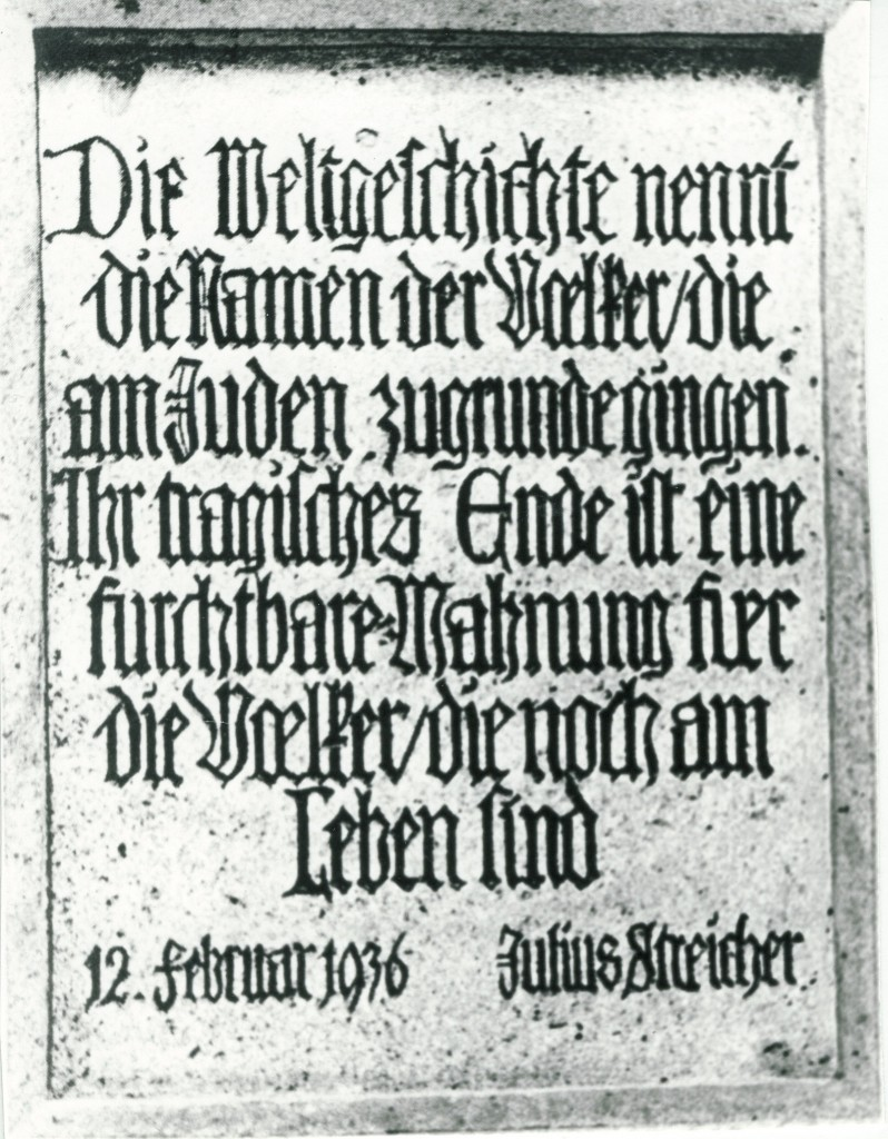 Antisemitische Judentafel am Rödertor, die Unbehauen mit einem Spruch von Gauleiter Julius Streicher gefertigt.