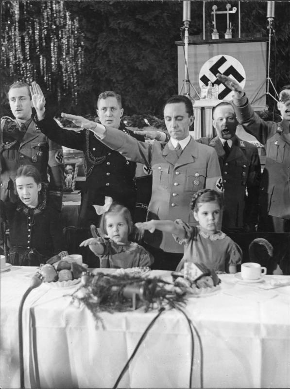 Propagandaminister Goebbels mit Familie bei der Weihnachtfeier 1937 im Saalbau Friedrichshain; Foto: Bundesarchiv