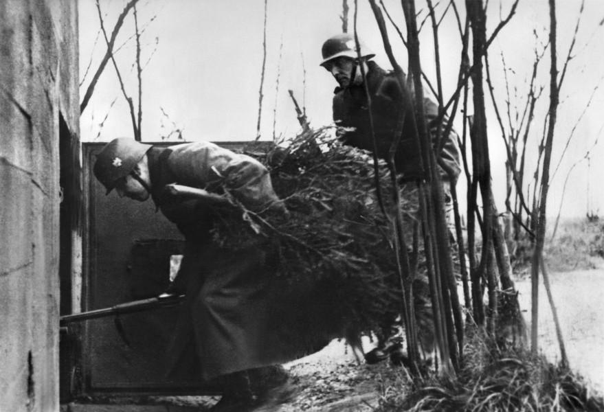 Soldaten besorgen an der Ostfront einen Weihnachtsbaum