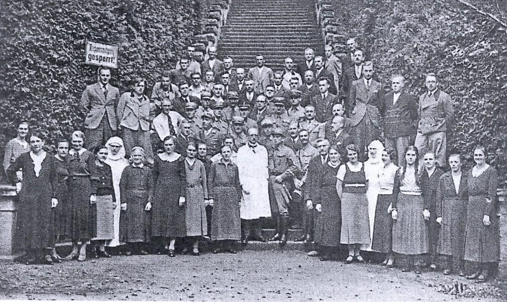 """Belegschaft des Wildbads vermutlich nach der Einrichtung des Lazaretts 1939; Bild entnommen """"Die LInde"""""""