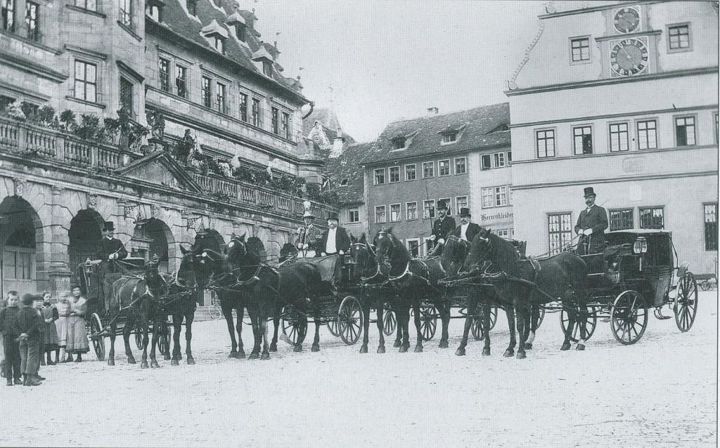 Kutschen der Hochzeitgäste Graf Helldorffs auf dem Marktplatz