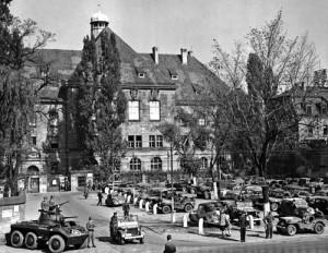 Das streng gesicherte Justizgebäude in Nürnberg während der Kriegsverbrecherprozesse