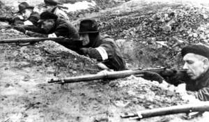 Mit Karabinern bewaffnete Volkssturm-Männer erwarten an der Oder sowjetische Panzer