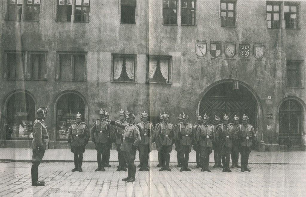 Polizei vor dem Ansbacher Rathaus