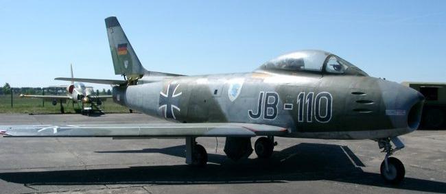 Erstes Jagdflugzeug F-86 der Bundesluftwaffe mit dem Eisernen Kreuz als Hoheitszeichen