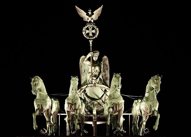 """Die """"Quadriga"""" auf dem Brandenburger Tor mit dem Eisernen Kreuz"""