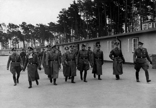 Himmler besucht das von Richard Hildebrandt (...v. l.) das KZ Stutthof bei Danzig; Foto: Sammlung Stegemann