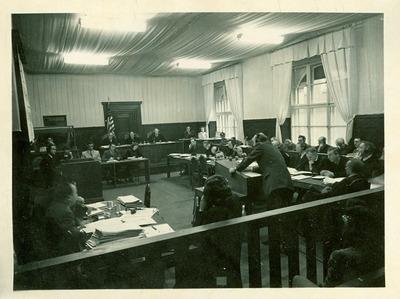 R. Hildebrandt auf der Anklagebank (re.) im Nürnberger Rassehauptamt-Prozess 1948