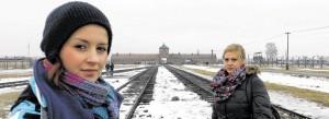 """Unterricht vor Ort in Auschwitz: Schülerinnen aus Voerde. Ein Projekt der Landesstiftung  """"Erinnern ermöglichen""""."""