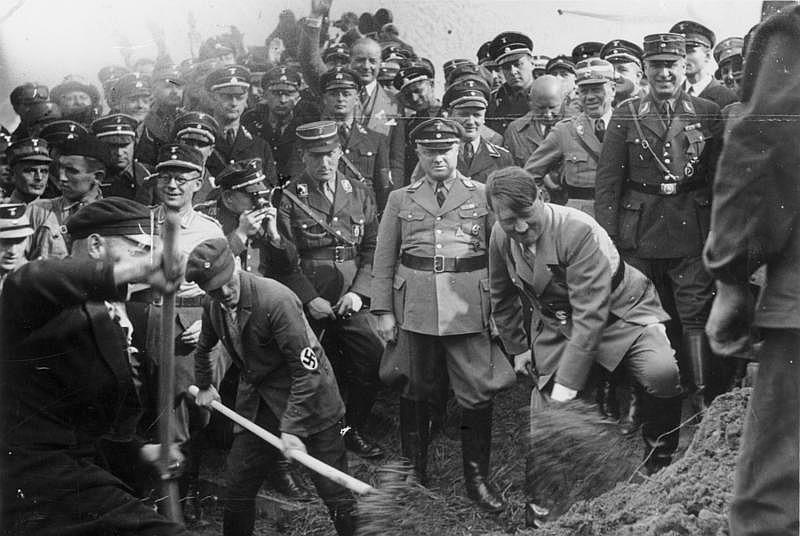 Foto: Adolf Hitler 1933 beim 1. Spatenstich der ersten Reichsautobahn bei Frankfurt am Main