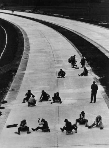 Noch viel Handarbeit: Betonplatten-Klopfer, 1936