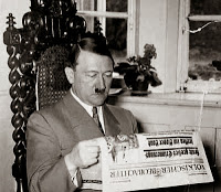"""NS-Propagandafoto: Hitler liest den """"Völkischen Beobachter"""""""