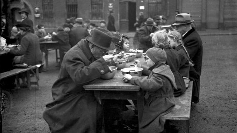 Öffentliches Eintopfessen des Winterhilfswerks (Worms) 1938/39; Foto: Bundesarchiv