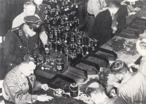 Ehrenamtliche Mitarbeiter des WHWs zählen das gesammelte Geld; Foto: Bundesarchiv